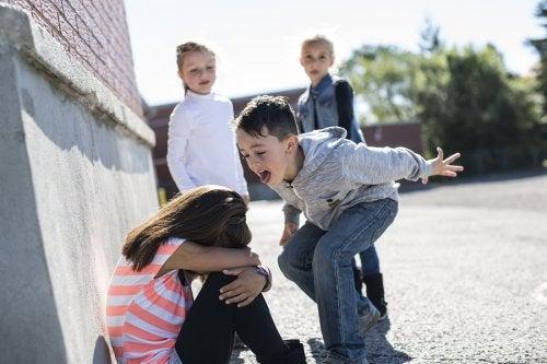 El acoso escolar puede ser una consecuencia a largo plazo en aquellos niños que se portan mal en clase.