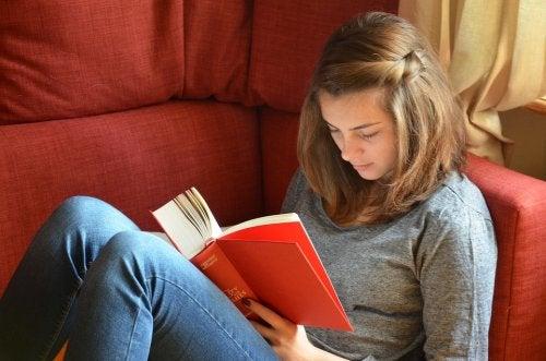 ¿Qué debo hacer para que mi hijo adolescente lea?