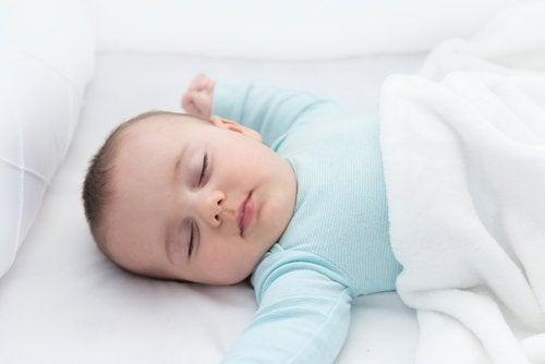 Bebé dormido boca arriba para evitar la muerte súbita.