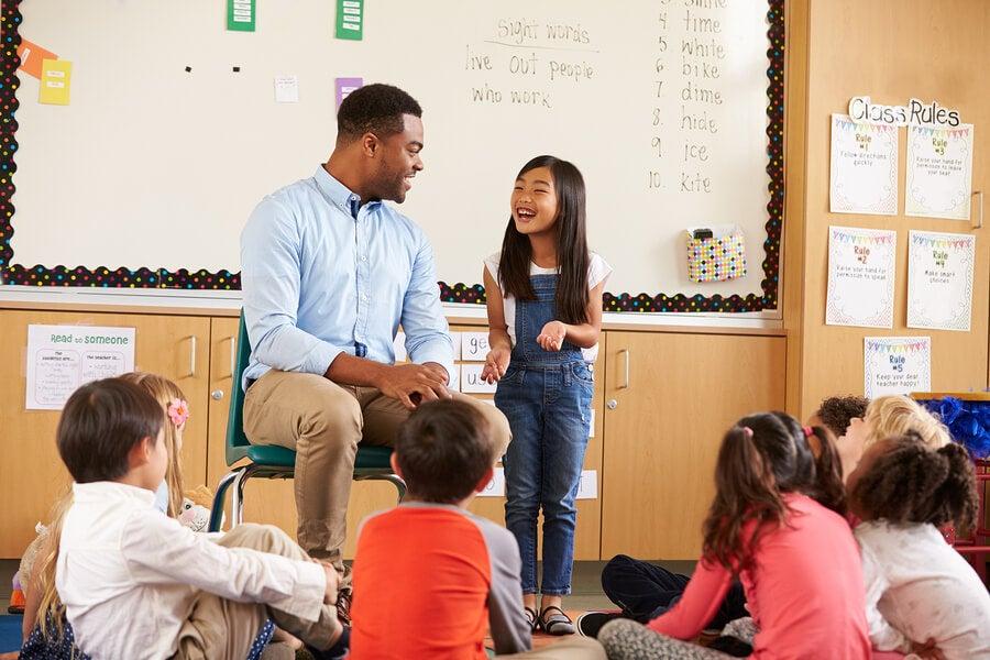 Para ayudar a un niño que habla mucho es necesaria la ayuda del maestro.