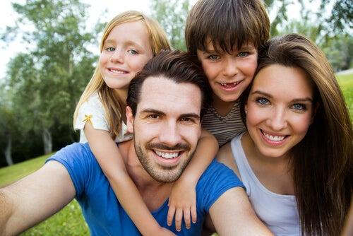 ¿De qué depende el color de ojos y de pelo de tus hijos?