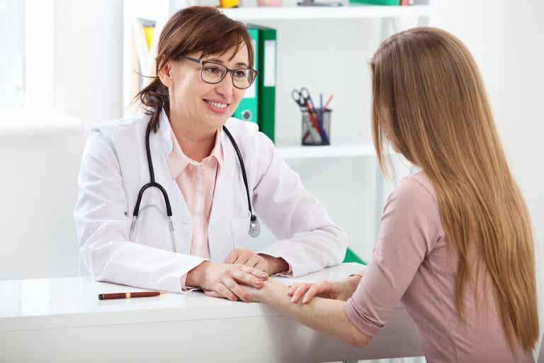 ¿Cuándo se debe ir al ginecólogo por primera vez?