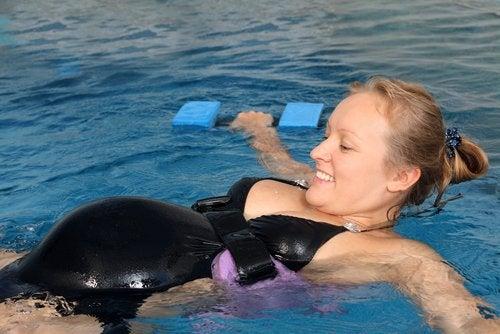 Beneficios de practicar natación durante el embarazo