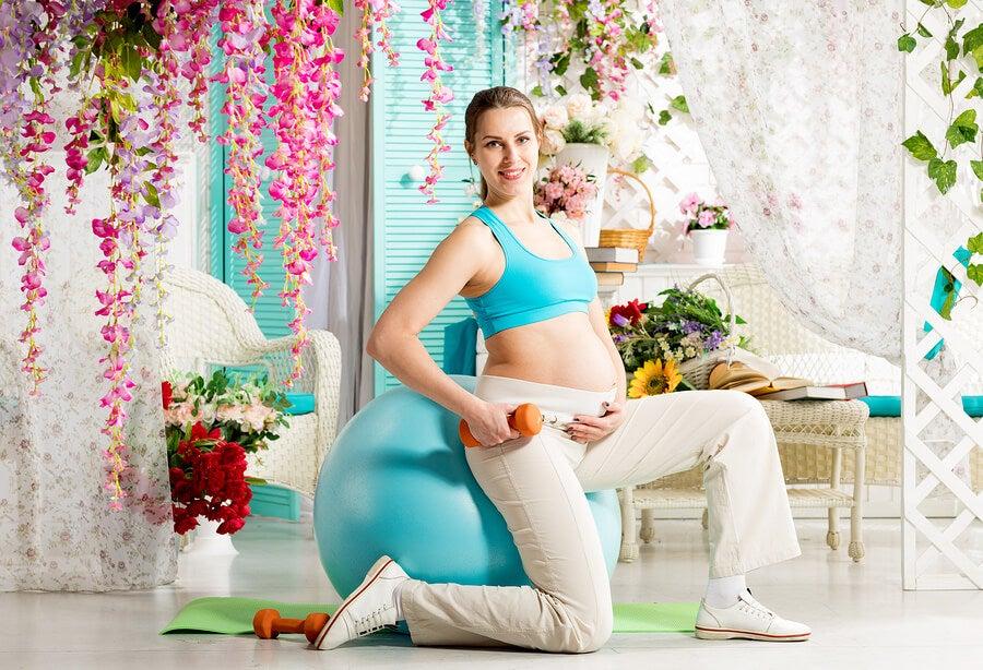 ¿Qué usos tiene la fit ball durante el embarazo?