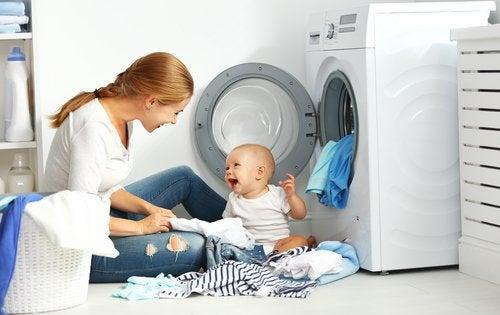 Hay que tener cuidado con los productos que se emplean para lavar la ropa del bebé.