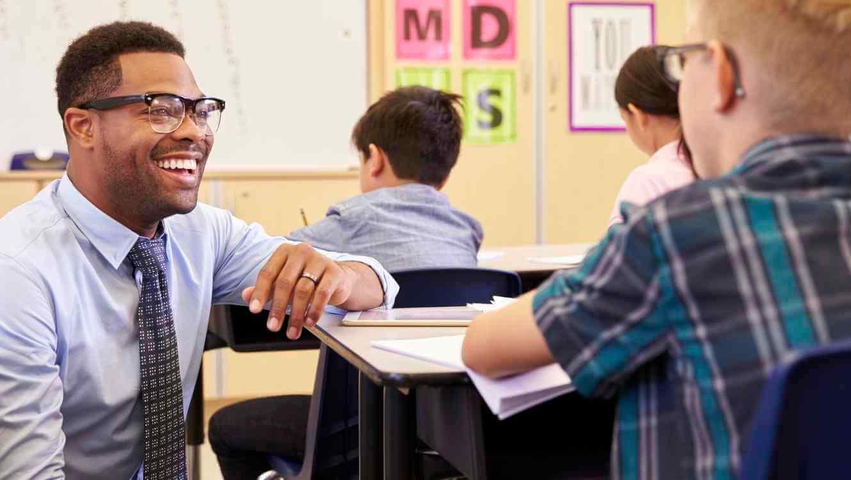 maestro con gafas sonriendo a niño