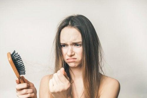 Hay diferentes remedios naturales para hacer frente a la caída del cabello durante el embarazo y después de él..