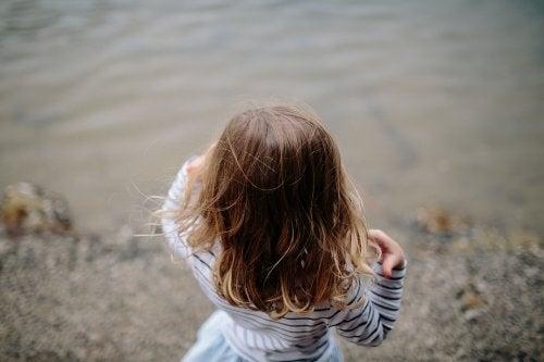 Los niños deben recibir la educación ambiental para entender la importancia del agua en el planeta.
