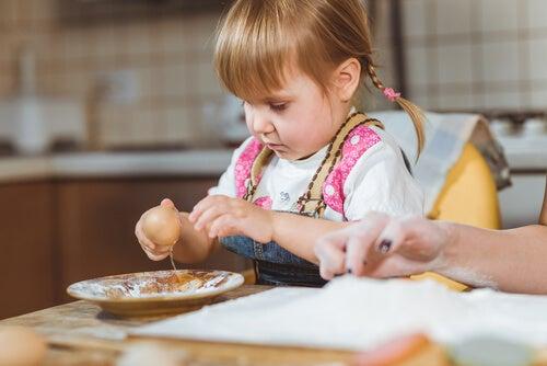 Debo dejar a mi hijo jugar con la comida eres mam - Nina cocinando ...