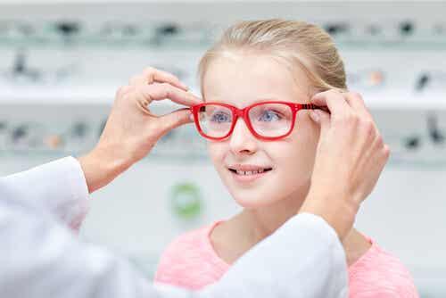 ¿Cómo saber si mi hijo necesita gafas?