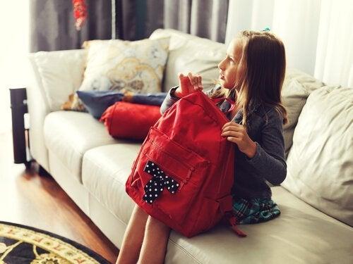 Los padres deben asegurarse de no sobrecargar la mochila del colegio de sus hijos.