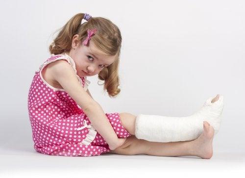 ¿Qué hacer si mi hijo se rompe un hueso?