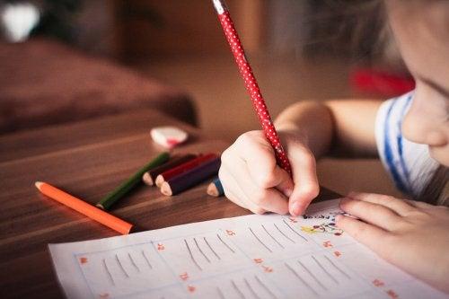 Muchos padres caen en el error de obligar a los niños a estudiar.