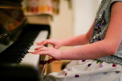 Los beneficios de tocar un instrumento musical potencian muchas cualidades de los niños.