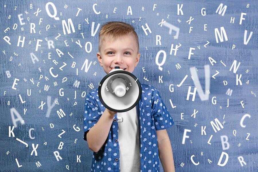 Mi hijo habla mucho en clases, ¿Qué debo hacer?