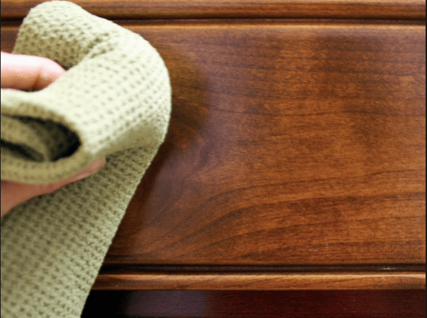 Trucos para eliminar la pintura de los muebles.