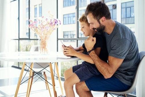 Los padres deben considerar si es necesario revisar el móvil de sus hijos.