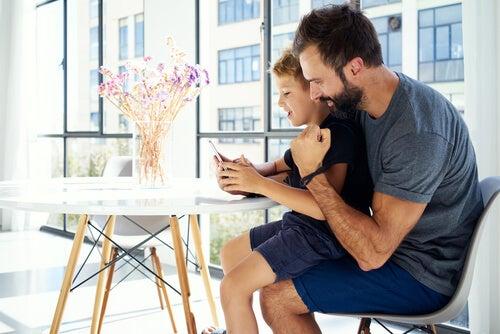 ¿Deben los padres revisar el móvil de sus hijos?