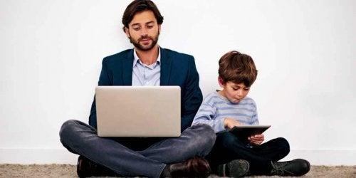 Los padres tecnológicos pueden compartir muchas actividades con sus hijos.
