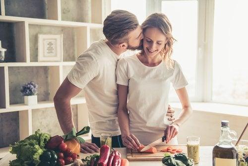 Matrimonio feliz en la actualidad cocinando juntos.