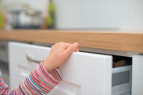 ¿Qué hacer si mi hijo se pilla un dedo?
