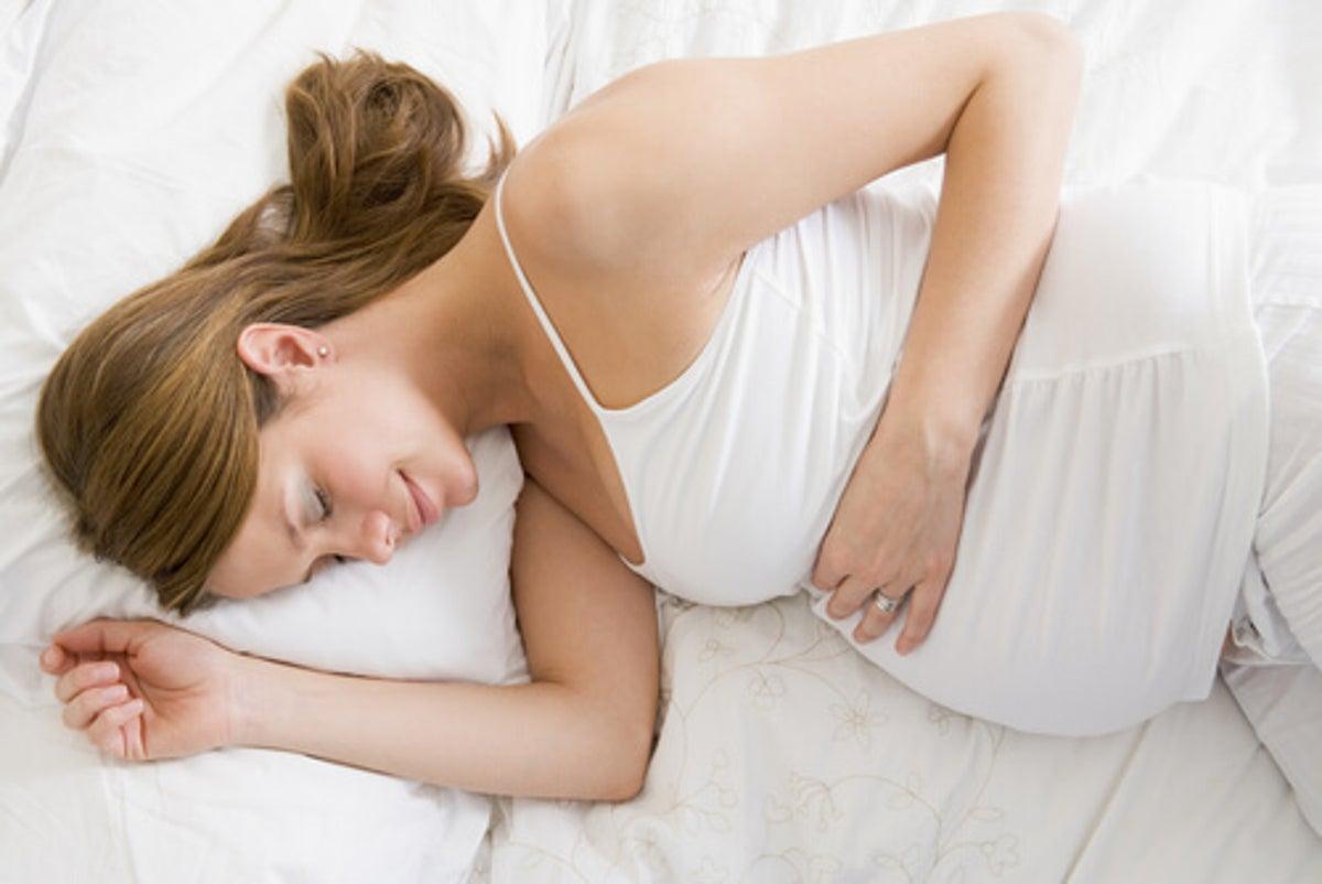 de que lado debo dormir embarazada