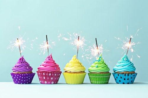 Pasteles de cumpleaños con bengalas.