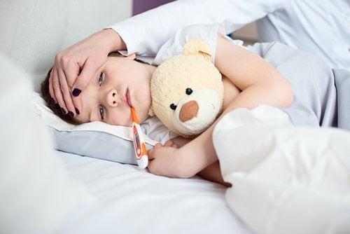 Los vómitos son otra señal común para identificar la apendicitis en niños.