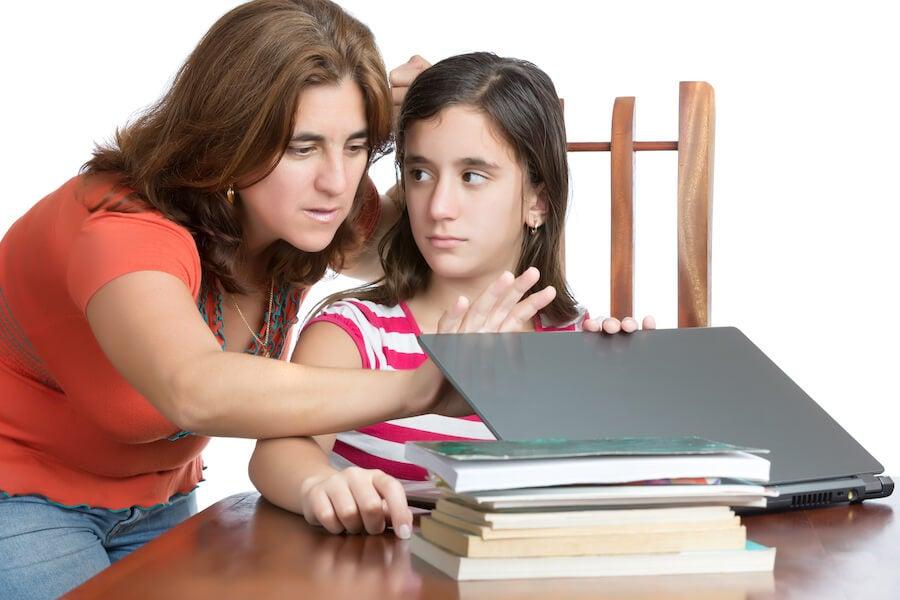 El excesivo control de los padres: claves para superarlo