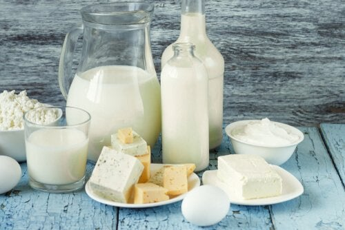 Diferentes productos lácteos para la alimentación infantil, como queso, yogur, leche...
