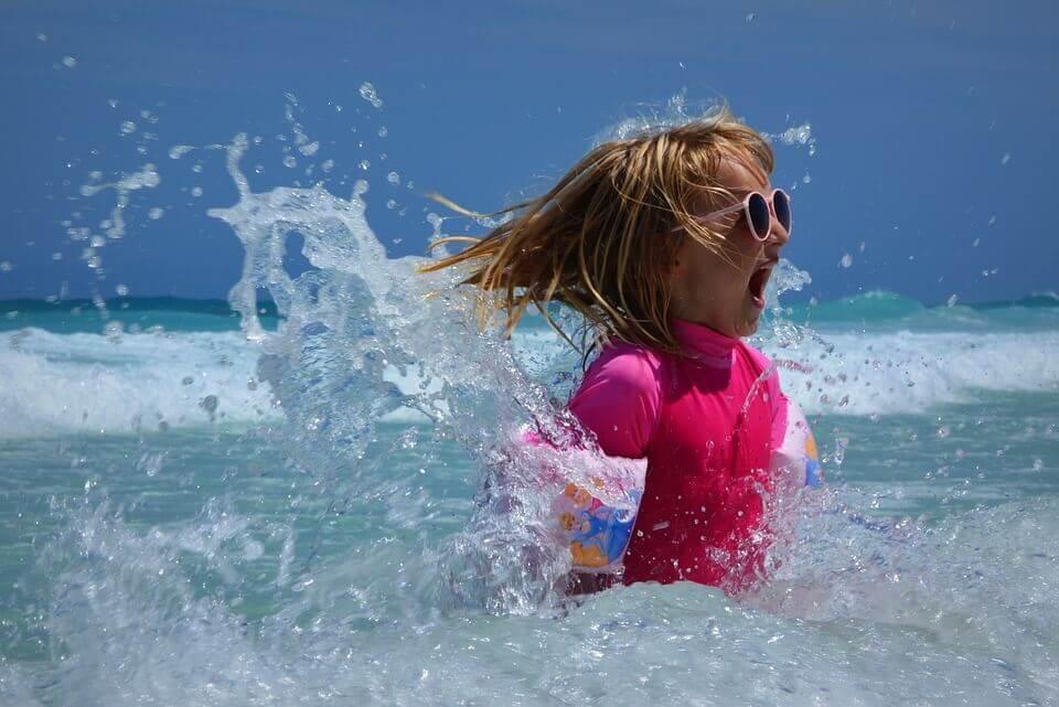 Algunos niños presentan alergia al sol.
