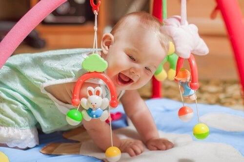 Les jouets sont un bon moyen d'apprendre aux bébés à sourire.