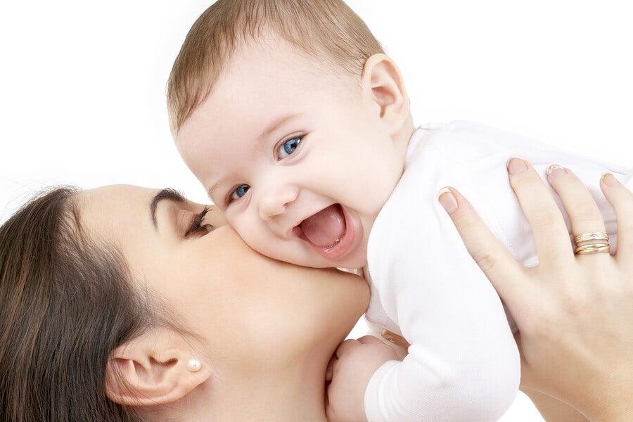¿Por qué es bueno enseñar a los bebés a sonreír?