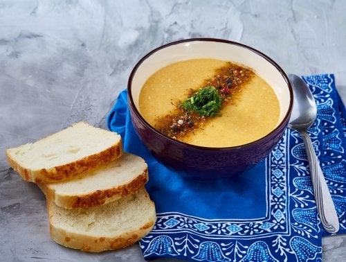 La dieta blanda para embarazadas se basa en gran parte en sopas y cremas de verduras.