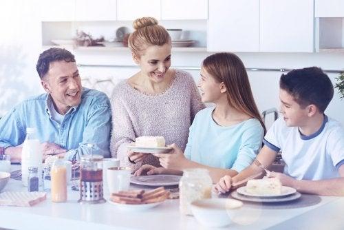 Comer y cenar en familia fortalece los vínculos entre sus miembros.