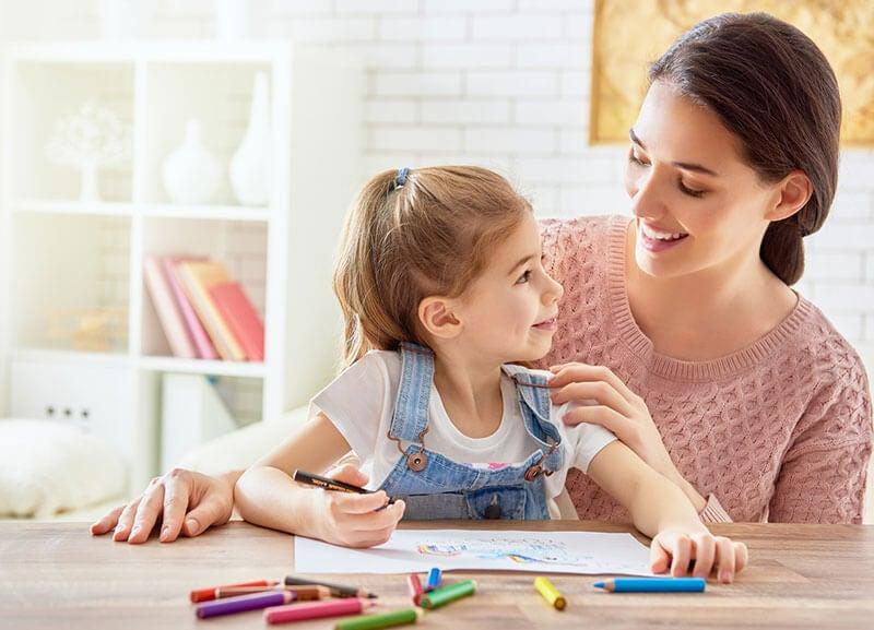Los juegos de relajación para niños incluyen manualidades como pintar mandalas.