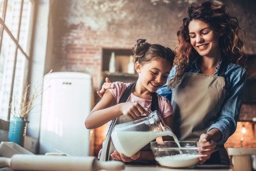 La leche contiene calcio, uno de los nutrientes de la alimentación infantil.