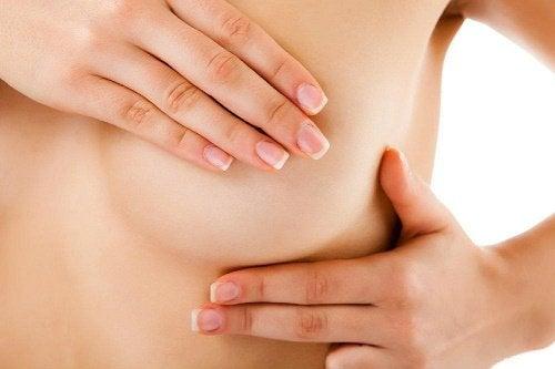 La autoexploración mamaria puede ayudar a detectar de manera temprana el cáncer de senos.