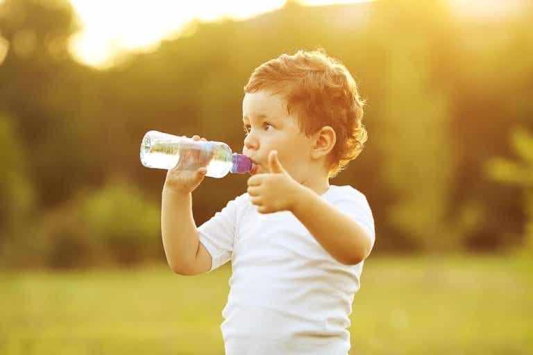 ¿Cuándo enseñar al bebé a beber agua del vaso?