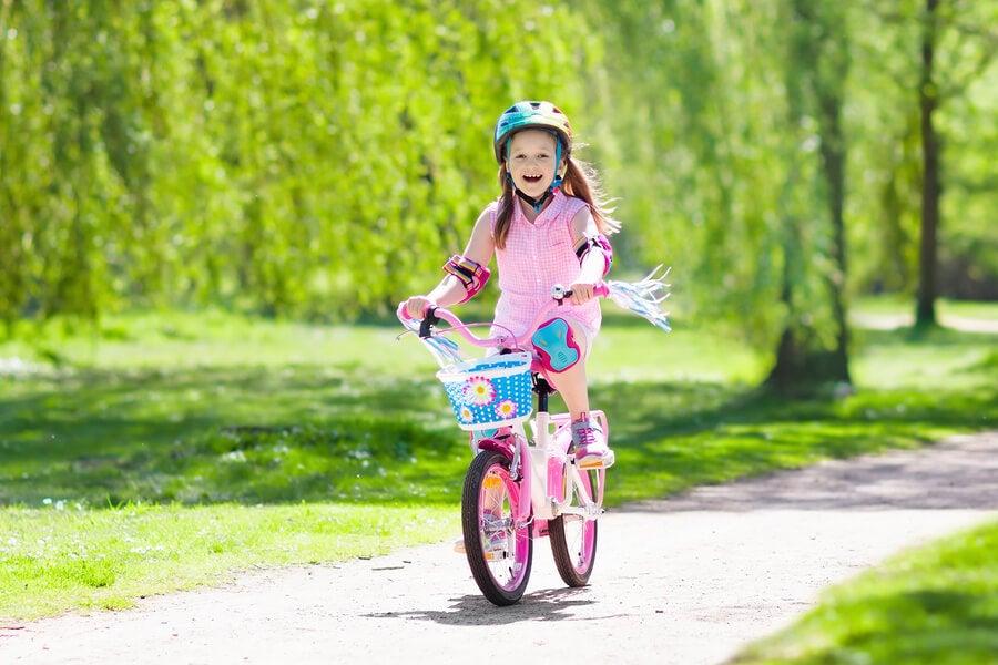¿Por qué es bueno enseñar a los niños a montar en bicicleta?