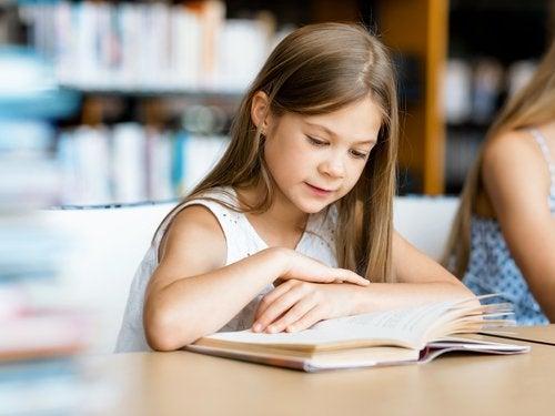 Leer y aprender poemas favorece el aprendizaje de nuevas palabras.