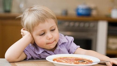 El miedo a probar nuevos alimentos perjudica la dieta de los niños.