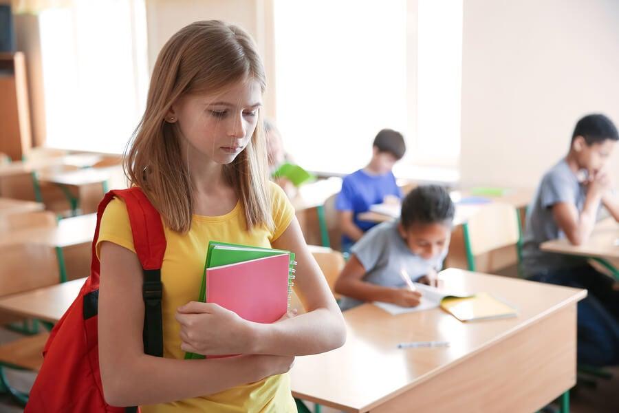 El cambio de colegio a los niños puede generarles estrés por sentirse solos y aislados.