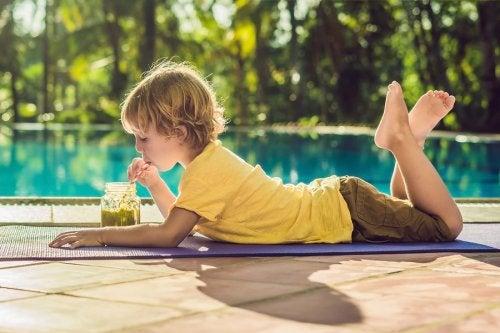La insolación en los niños puede prevenirse con cuidados como la hidratación.