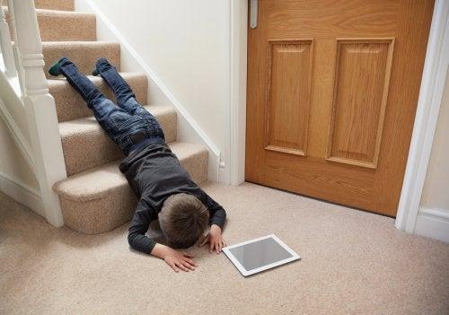 Las caídas y golpes en la cabeza representan un gran número de accidentes infantiles.