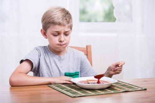 Qué hacer si mi hijo no quiere comer es una pregunta que se hacen muchos padres.