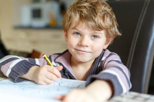Apprendre aux enfants à faire leurs devoirs tout seuls est bon pour leur autonomie.