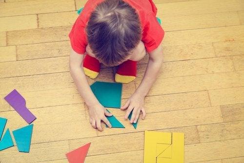 Entre los entretenimientos para niños de 2 años, los rompecabezas son grandes opciones.