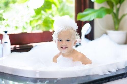 Si visitas a un dermatólogo, seguramente te dirá que no es necesario lavar el pelo a los niños todos los días.