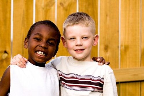 Niño dándose un abrazo y comprendiendo el valor de la amistad.